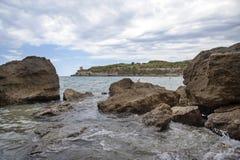 在多岩石的海滩的日落 免版税库存照片