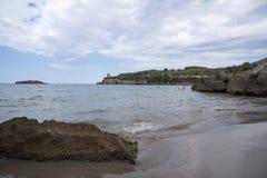 在多岩石的海滩的晚上 免版税图库摄影