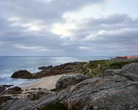 在多岩石的海滩的看法 库存照片