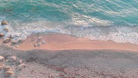 在多岩石的海滩的金黄日落 影视素材