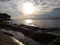 在多岩石的海滩的反射 免版税库存照片