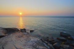 在多岩石的海滩的日出在terengganu,马来西亚 图象采取与 库存图片