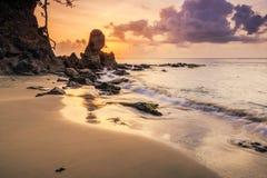 在多岩石的海滩的美好的日落 库存图片
