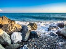 在多岩石的海滩的风暴 免版税库存照片