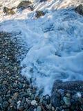 在多岩石的海滩的风暴 库存图片