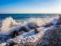 在多岩石的海滩的风暴 库存照片