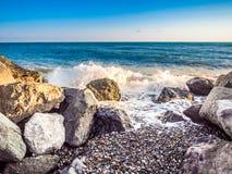 在多岩石的海滩的风暴 免版税库存图片