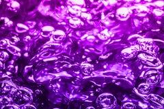 在多彩多姿水的宏指令的气泡 免版税库存照片