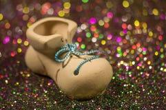 在多彩多姿的背景的鞋子与迷离 免版税图库摄影