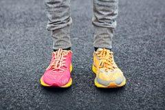 在多彩多姿的跑鞋的腿 库存照片