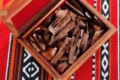 在多数阿拉伯国家bukhoor是名字给出有气味的砖或木片 库存照片