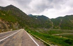 在多暴风雨的天气情况的Transfagarasan路线 免版税库存照片