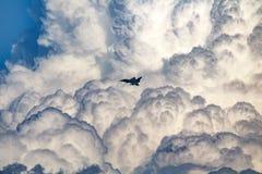 在多暴风雨的天气的喷气式歼击机着陆 图库摄影
