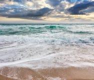 在多暴风雨的天气的海景在多云日出 免版税库存照片