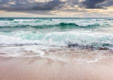 在多暴风雨的天气的海景在多云日出 库存图片