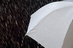 在多暴风雨的天气的湿保护伞与自然雷暴,在黑背景, 库存照片