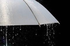 在多暴风雨的天气的湿保护伞与自然雷暴,在黑背景, 免版税库存图片