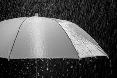 在多暴风雨的天气的湿保护伞与自然雷暴,在黑背景, 图库摄影