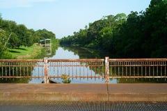 在多沼泽的支流Teche, Breaux桥梁,路易斯安那的桥梁 免版税库存照片