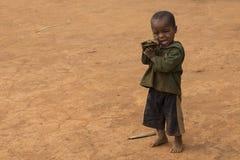 在多灰尘的背景隔绝的马达加斯加人的孩子 库存照片