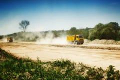 在多灰尘的路的重型卡车 免版税图库摄影