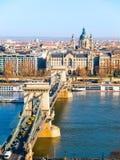 在多瑙河、Gresham宫殿和圣斯德望` s大教堂的著名铁锁式桥梁在布达佩斯,匈牙利 免版税库存照片