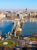 在多瑙河和圣斯德望` s的著名铁锁式桥梁大教堂在布达佩斯,匈牙利 库存照片