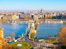 在多瑙河和圣斯德望` s的著名铁锁式桥梁大教堂在布达佩斯,匈牙利 免版税库存照片