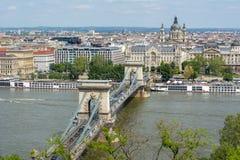 在多瑙河和圣斯蒂芬` s的铁锁式桥梁大教堂,布达佩斯,匈牙利 免版税库存照片