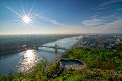 在多瑙河和自由桥梁的日出在布达佩斯 库存照片