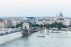 在多瑙河和铁锁式桥梁的布达佩斯视图 免版税库存照片