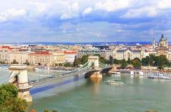 在多瑙河和铁锁式桥梁的布达佩斯视图 图库摄影