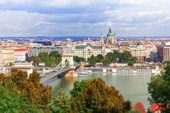 在多瑙河和铁锁式桥梁的布达佩斯视图 库存图片