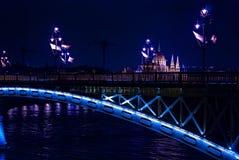 在多瑙河在夜之前,布达佩斯,匈牙利的玛格丽特桥梁 库存照片