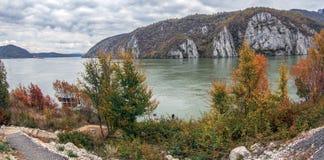 在多瑙河峡谷的在罗马尼亚之间的秋天,边界和塞尔维亚 库存照片