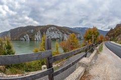 在多瑙河峡谷的在罗马尼亚之间的秋天,边界和塞尔维亚 图库摄影