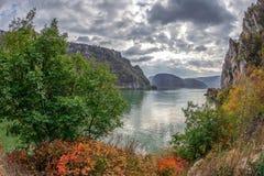 在多瑙河峡谷的在罗马尼亚之间的秋天,边界和塞尔维亚 免版税库存图片