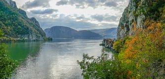 在多瑙河峡谷的在罗马尼亚之间的秋天,边界和塞尔维亚 库存图片