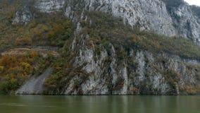 在多瑙河峡谷的在罗马尼亚之间的秋天,边界和塞尔维亚 股票视频