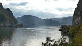 在多瑙河峡谷的在罗马尼亚之间的秋天,边界和塞尔维亚 股票录像
