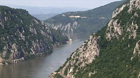 在多瑙河峡谷的美好的风景 Mraconia修道院 股票视频