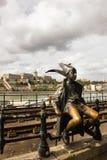 在多瑙河散步的小的公主雕象在布达佩斯,匈牙利 图库摄影