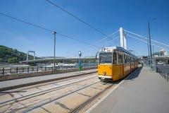 在多瑙河河岸的黄色电车在布达佩斯 库存照片
