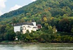 在多瑙河河岸的Pfarre Schonbuhel或Schoenbuehel 免版税库存图片