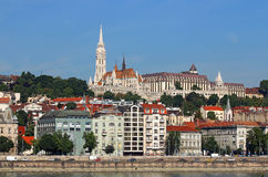 在多瑙河河沿布达佩斯的渔夫塔 库存图片