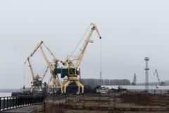 在多瑙河港的塔吊在Lom,保加利亚 图库摄影