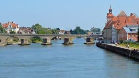在多瑙河的中世纪桥梁在雷根斯堡 图库摄影