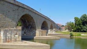 在多瑙河的中世纪桥梁在雷根斯堡 免版税库存照片