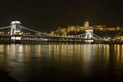 在多瑙河的匈牙利王宫在晚上 免版税库存图片