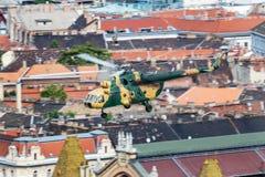 在多瑙河的匈牙利空军队米尔米-17 704运输直升机飞行在布达佩斯街市 库存图片